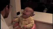 сладко бебе се смее на баща си