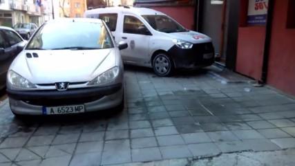 Обичайната гледка - Да паркираш на тротоар...