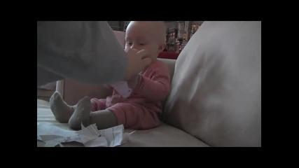Бебе се разцепва от смях на късаща се хартия !