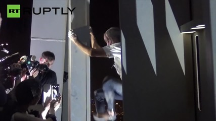 No Harness? No Problem! 'Spiderman' Climber Scales Dubai's Cayan Tower