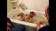 Близнаци във ваната!