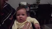 Вижте как този бебок си сменя настроението