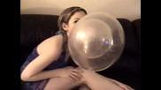 Момиче Прави Гитандски Балон От Дъвка!!!