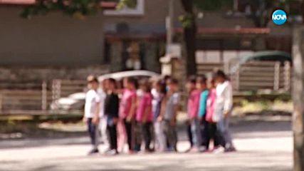 ПРИ ПРИБЛИЖАВАЩ ВЛАК: Ученици минават през жп релси, подканвани от учителка