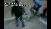 Жена удря много здрав тупаник на голям негър! Направо го събори на земята!