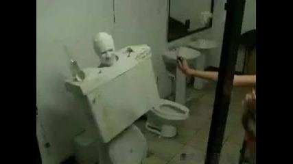 Бъзик в тоалетната