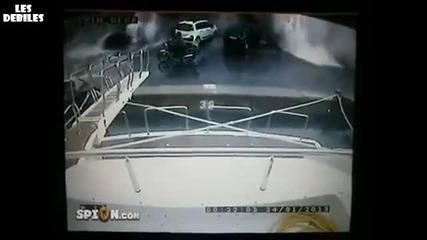 Огромна вълна помита коли и мотор