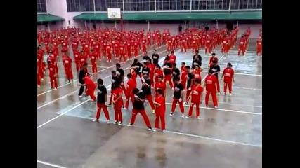 Затворници танцуват gangnam style