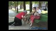Голи и смешни! Човек си изпуска паритее и тръгва да турси под полата! :d