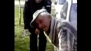 Полицай се бъзика с пияница