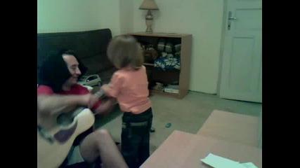 Ради пее и танцува :)