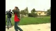 Смях: Репортер пада от движещ се трактор по време на снимки