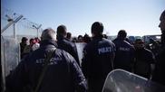 """Гърция: Хиляди мигранти остават блокирани на гръцко-македонския граничен пункт """"Идомени"""""""