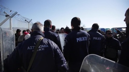 Гърция: Хиляди мигранти остават блокирани на гръцко-македонския граничен пункт