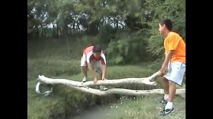 Момче събаря друго в реката (смях)