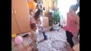 бебе Галин играе