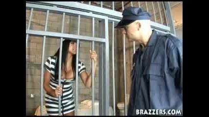 Възможно Ли Е В Женския Затвор Това?