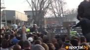 29.03.2012 Скандал: Задържаха агитката на Левски в Ловеч пред стадиона заради генератор