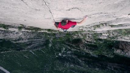 Мъж изкачва 1 500 фута отвесна скала без никаква екипировка!