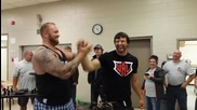 Шампиона Devon Larratt отново показа железен бицепс на канадска борба!
