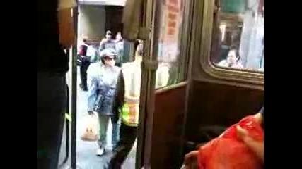 Японка полудява в градския транспорт