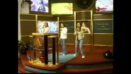 3 момичета рапират в църква