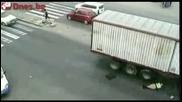 Полицайка се блъска с мотор в камион. Оцелява