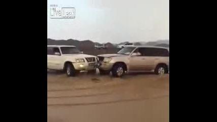 Две коли се сблъскаха челно при наводнениe