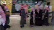 """Саудитските Хора """"ръкостискане"""" с кралското семейство"""