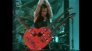 Steve Vai свири на китара с три грифа с форма на сърце