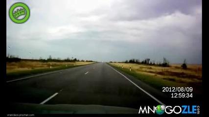 Изтребител ниско над път в Русия