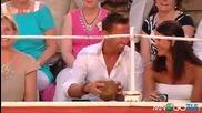 Човек чисти кокоси със зъби