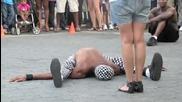 Откачен уличен танцьор се бъзика с мацка