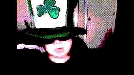 Джуджето кърти с странна шапка и зверски очила