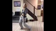 Сексапилна мацка танцува невероятно с песента на Katy perry - Dark horse