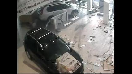 Луд шофьор потроши магазин за коли