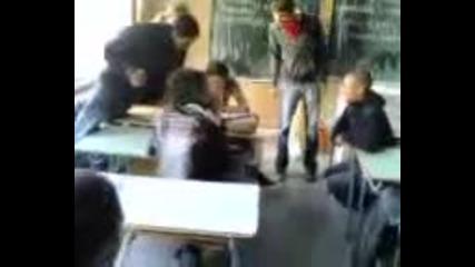 Ученици бият учителка в час по английски