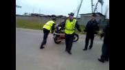 Милиционер се опитватва да се качи на мотор в движение ! Смях !