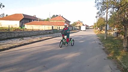 а някой кара колело