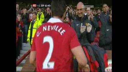 Гари Невил сменен за последен път под овациите на публиката