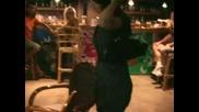 Янко свири, момите танцуват в Green Bar