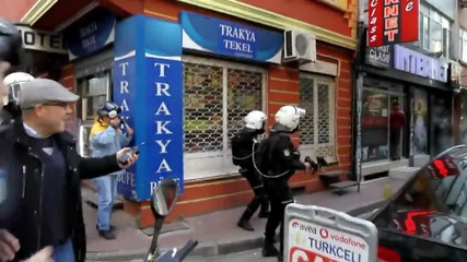 Turkey: Police fire tear gas and rubber bullets at PKK supporters in Istanbul