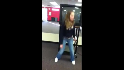 Телевизор пребива момиче,докато пее