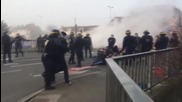 France: Police shutdown Calais anti-refugee blockade 'defending' city from migrants