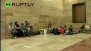 Семейство бежанци с новородено бебе бяха свалени от влака за Мюнхен