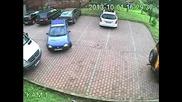Жена шофьор излиза от паркинг!