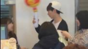 Eunhyuk се закача и играе с играчка дадена му от фен 140408 Tlj(super junior)