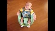 Бебо Е Щастлив Седнал На Гърненцето Си