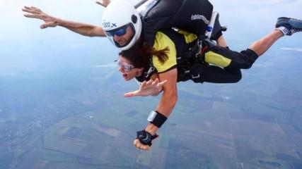 Михаела Филева скочи с парашут и парапланер!