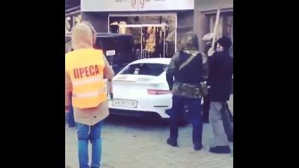 Протестиращи трошат Порше в Киев